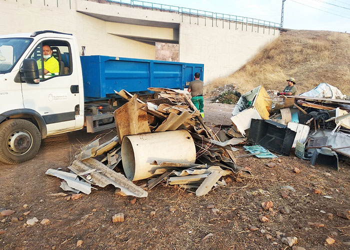 El plan de vertederos llena dieciséis camiones de escombros y muebles en zonas periféricas