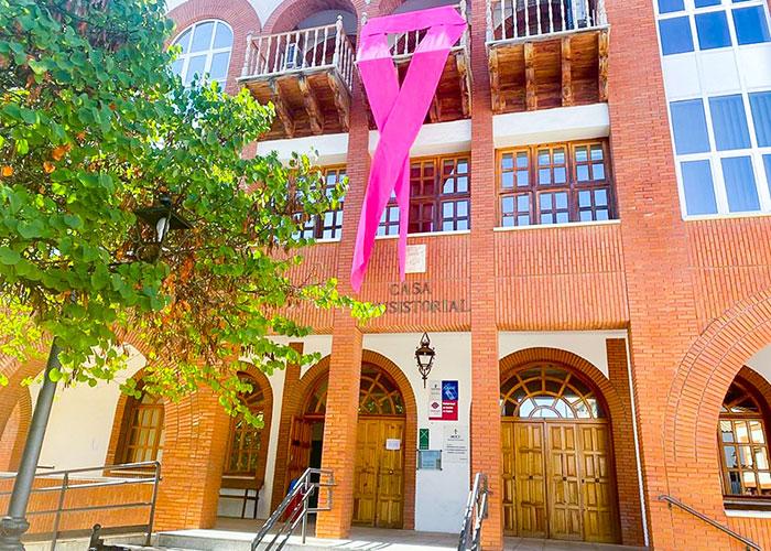 El Ayuntamiento de Argamasilla de Calatrava se cuelga el lazo rosa como apoyo a pacientes del cáncer de mama y a la lucha contra la enfermedad