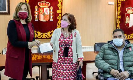 La alcaldesa de Argamasilla de Calatrava valora la labor de la Asociación 'Santa Águeda' frente al cáncer de mama