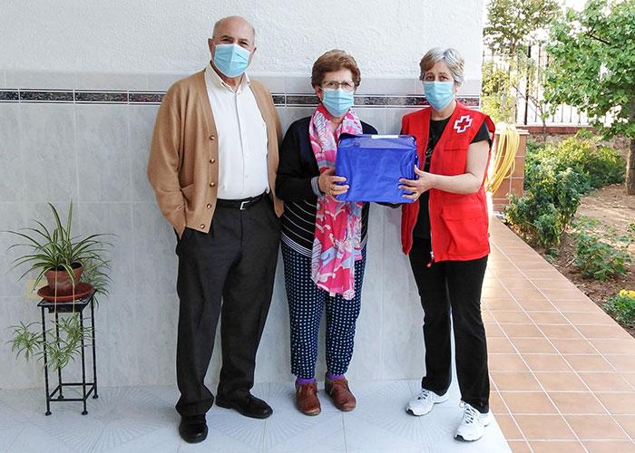 Cruz Roja Almodóvar celebró el Día Internacional de las Personas Mayores entregando premios a domicilio