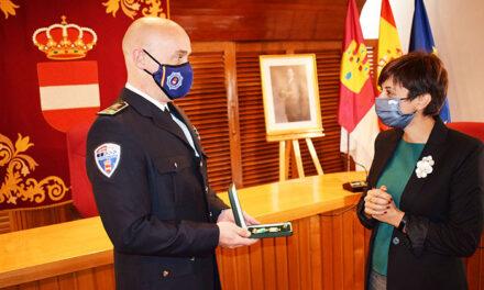 El inspector jefe de la Policía Local de Puertollano recibe la medalla al mérito de la Guardia Civil