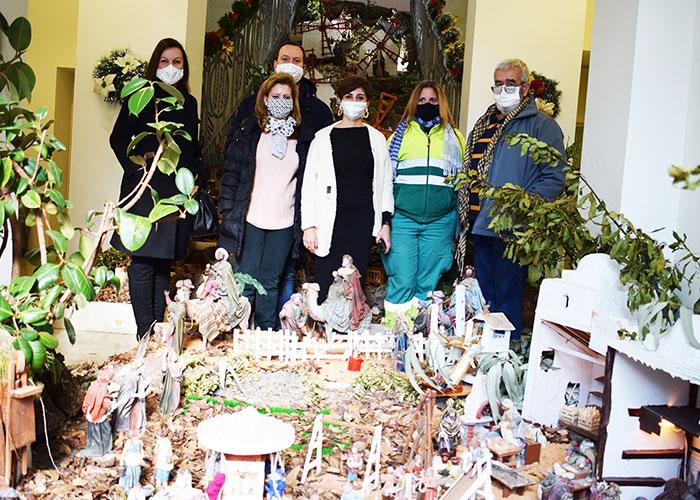La alcaldesa de Puertollano agradece a las trabajadoras del servicio de jardines por el montaje del Belén Municipal